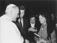 Kay Kelly at the audience to John Paul II